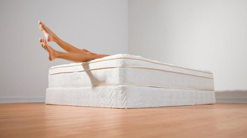 Можно ли спать на матрасе
