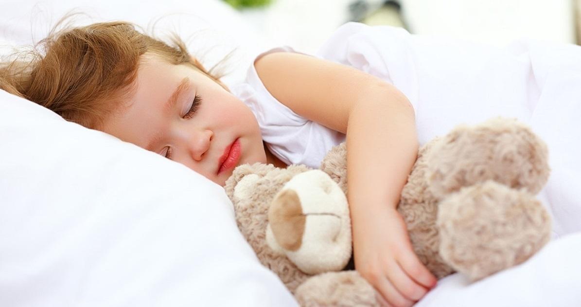 Картинки девочка спит на подушке